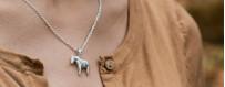 Berlocker och hängsmycken i äkta silver eller 18 karat guld på halskedja eller armband | Dala Guldsmide