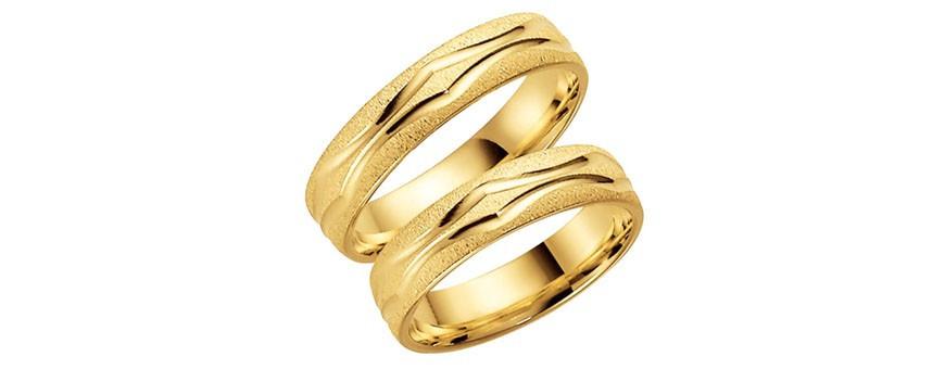 Mönstrade guldringar och förlovningsringar med mönster