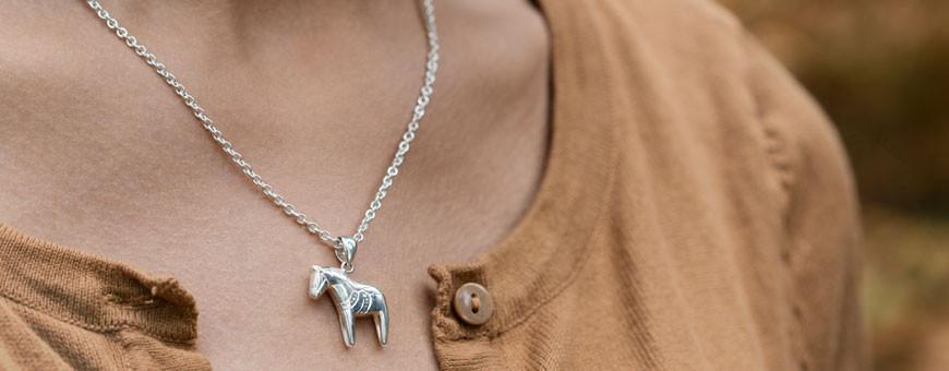 Halsband med dalahästar i äkta silver eller äkta guld från Dalecarlia of Sweden   Dala Guldsmide