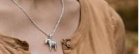 Halsband med dalahästar i äkta silver eller äkta guld från Dalecarlia of Sweden | Dala Guldsmide